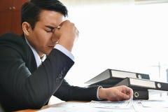 бизнесмен имея головную боль стоковые изображения rf