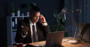 Бизнесмен имея горячую дискуссию над телефоном вечером акции видеоматериалы