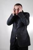 бизнесмен имея детенышей головной боли стоковые изображения