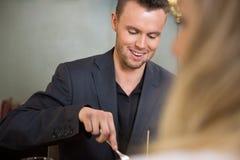Бизнесмен имея еду с женским коллегой Стоковая Фотография RF
