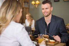 Бизнесмен имея еду с женщиной стоковые фотографии rf