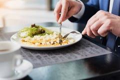Бизнесмен имея завтрак в ресторане Стоковое Изображение RF
