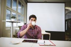 Бизнесмен имея кофе в конференц-зале Стоковая Фотография