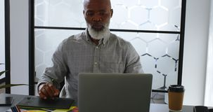 Бизнесмен имея кофе пока использующ графическую таблетку на столе 4k сток-видео
