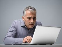 Бизнесмен имея проблемы зрения Стоковое фото RF