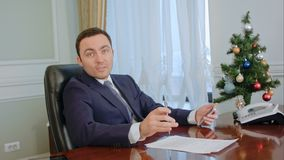 Бизнесмен имея серьезный переговор с партнером перед Новым Годом стоковая фотография rf