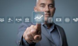 Бизнесмен используя виртуальный интерфейс Стоковое Изображение