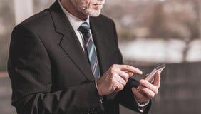 Бизнесмен используя мобильный телефон стоковые изображения