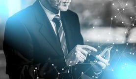 Бизнесмен используя мобильный телефон стоковое изображение