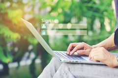 Бизнесмен используя ноутбук и знак вверх или usernam имени пользователя стоковое изображение