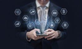Бизнесмен используя передвижные умные значки телефона и применения Передвижное применение, социальные средства массовой информаци стоковая фотография