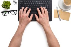 Бизнесмен используя предпосылку изолированную компьтер-книжкой белую Стоковые Фото
