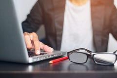 Бизнесмен используя прессу руки кнопка на компьютере стоковое фото rf