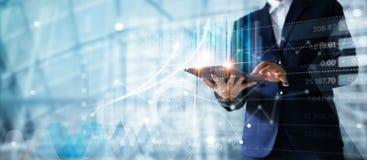 Бизнесмен используя таблетку анализируя данные по продаж и экономическое стоковое фото rf