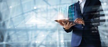 Бизнесмен используя таблетку анализируя диаграмму роста данным по продаж стоковое фото rf