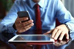 Бизнесмен используя цифровой планшет с современным мобильным телефоном Новые технологии для принципиальной схемы потока операций  Стоковое Изображение RF