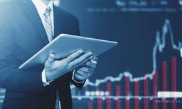 Бизнесмен используя цифровую таблетку, поднимая предпосылку диаграммы Рост дела стоковые фотографии rf
