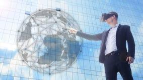 Бизнесмен используя шлемофон VR и взаимодействующ с миром объекта стоковое изображение