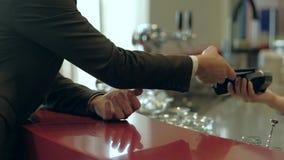 Бизнесмен используя smartphone для оплаты NFC акции видеоматериалы