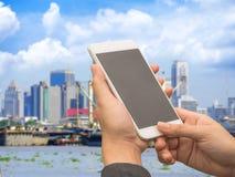 Бизнесмен используя smartphone для промышленного Стоковые Изображения