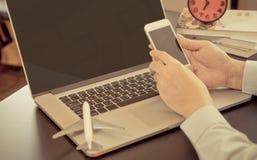 Бизнесмен использует smartphone для командировки стоковое изображение