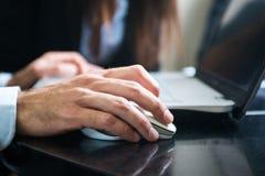 Бизнесмен используя его портативный компьютер стоковое изображение rf