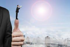Бизнесмен используя диктора крича на другом большом пальце руки сильной руки человека Стоковое Изображение