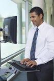 Бизнесмен используя интернет на компьютере Стоковая Фотография RF