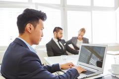Бизнесмен используя компьтер-книжку на встрече команды Стоковое Фото