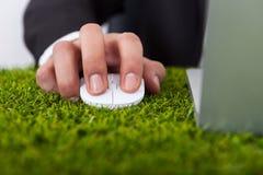 Бизнесмен используя компьтер-книжку с мышью компьютера Стоковые Фотографии RF