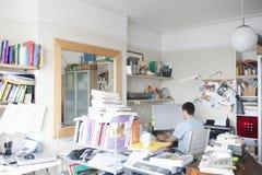 Бизнесмен используя компьютер в домашнем офисе Стоковое Изображение RF