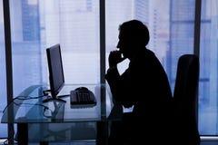 Бизнесмен используя компьютер в офисе Стоковые Фото