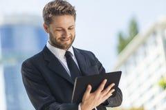 Бизнесмен используя компьютер таблетки Стоковое Изображение RF