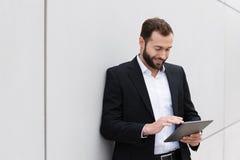 Бизнесмен используя компьютер таблетки Стоковое Фото