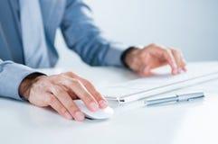 Бизнесмен используя компьютер Стоковые Фото