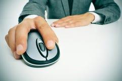 Бизнесмен используя мышь компьютера стоковое изображение rf