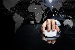 Бизнесмен используя мышь стоковое изображение