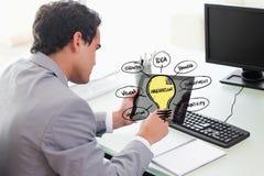 Бизнесмен используя ПК таблетки с различными идеями на экране Стоковые Фото