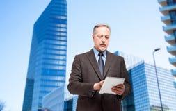 Бизнесмен используя ПК таблетки стоковые фото