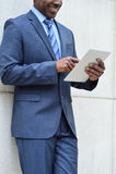 Бизнесмен используя ПК таблетки, outdoors Стоковые Изображения