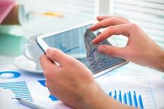 Бизнесмен используя планшет Стоковое Изображение