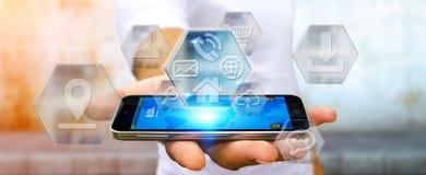 Бизнесмен используя современные цифровые применения мобильного телефона Стоковые Фото