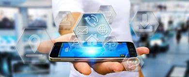 Бизнесмен используя современные цифровые применения мобильного телефона Стоковая Фотография