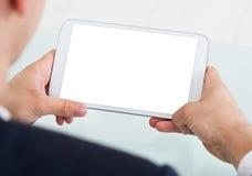 Бизнесмен используя таблетку цифров в офисе Стоковые Фото