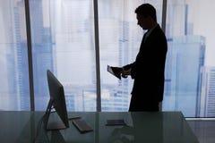 Бизнесмен используя таблетку цифров на столе офиса Стоковая Фотография RF