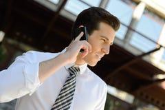 Бизнесмен используя умный телефон в офисном здании Стоковые Изображения