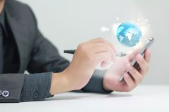 Бизнесмен используя умный телефон Стоковые Изображения RF