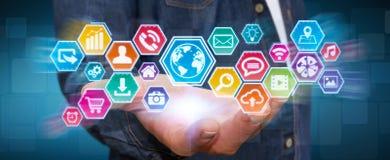 Бизнесмен используя цифровой тактильный экран значков бесплатная иллюстрация