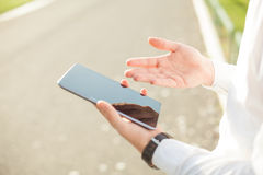 Бизнесмен используя цифровую таблетку - близкое поднимающее вверх Стоковые Фотографии RF