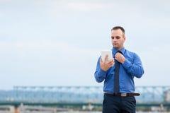 Бизнесмен используя цифровую таблетку внешнюю Стоковое Изображение RF